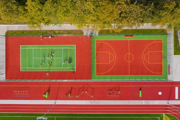 Vista superior do campo de esportes. quadra de tênis e basquete. vista aérea.