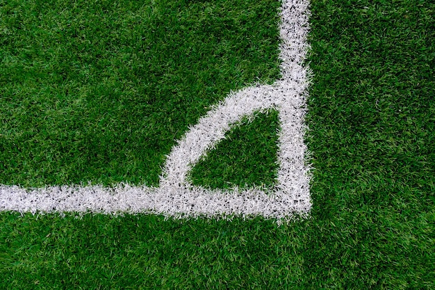 Vista superior do campo de futebol de grama artificial com linha de marcação de canto