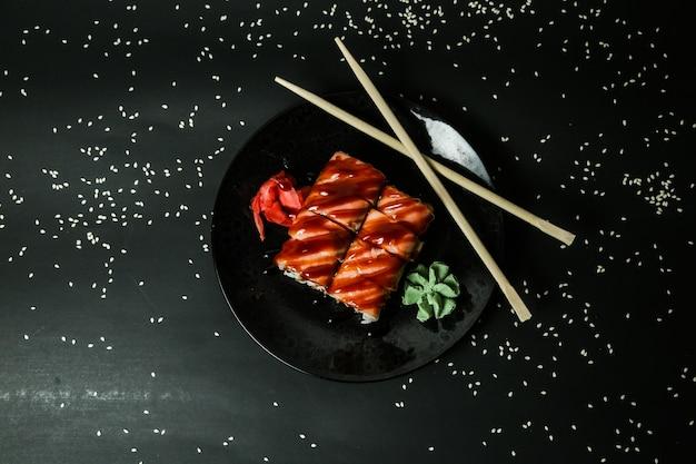 Vista superior do caranguejo maki arroz creme de queijo gengibre wasabi
