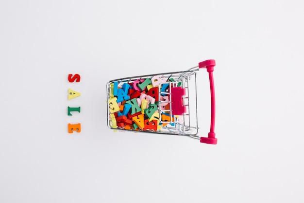 Vista superior do carrinho de compras cheio de letras