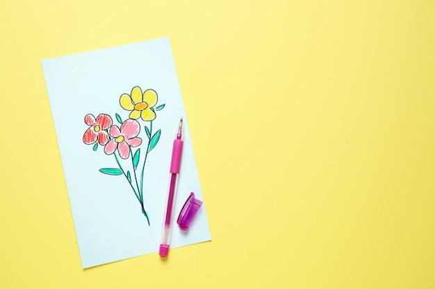 Vista superior do cartão com flores desenhadas em fundo amarelo. feliz dia das mães