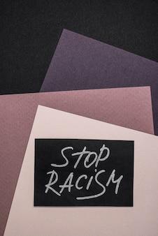 Vista superior do cartão com pare o racismo