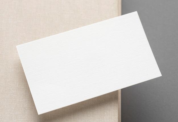 Vista superior do cartão de visita na mesa branca e cinza