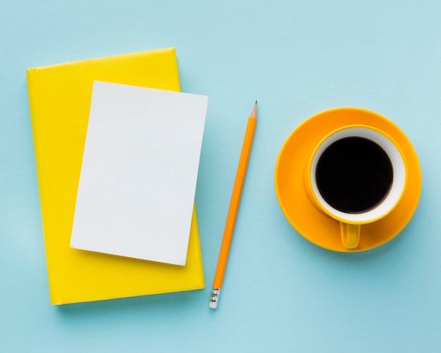 Vista superior do cartão em branco e café