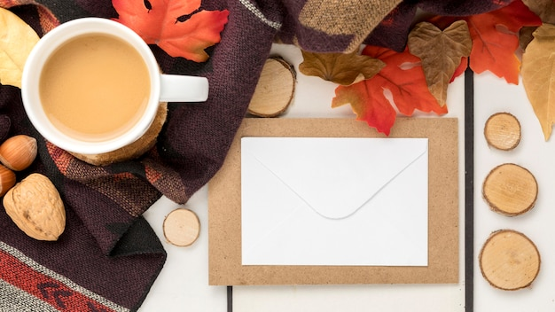 Vista superior do cartaz em branco com folhas de outono e café