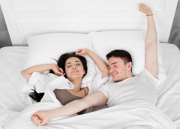 Vista superior do casal acordando de manhã