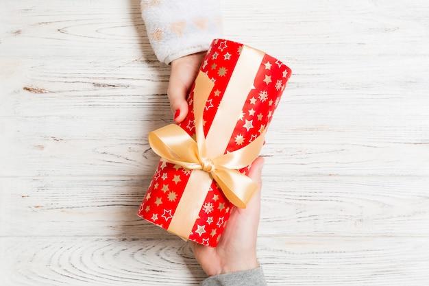 Vista superior do casal dando e recebendo um presente