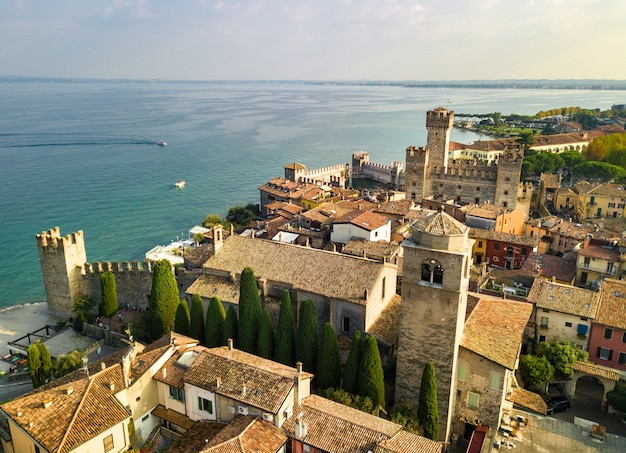Vista superior do castelo scaligera e sirmione, no lago garda.italy.tuscany.