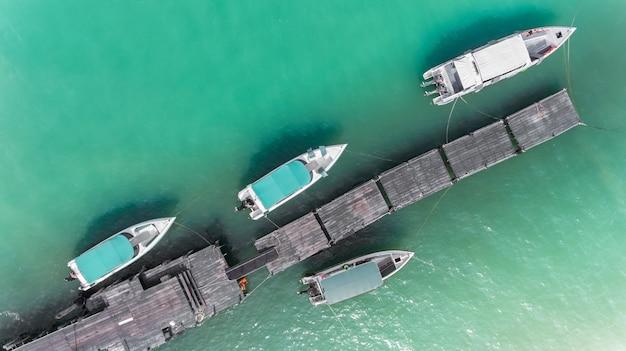 Vista superior do céu da marina de barco.