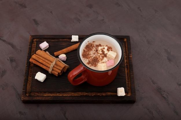 Vista superior do chá com leite indiano aromático ou masala chai com marshmallows