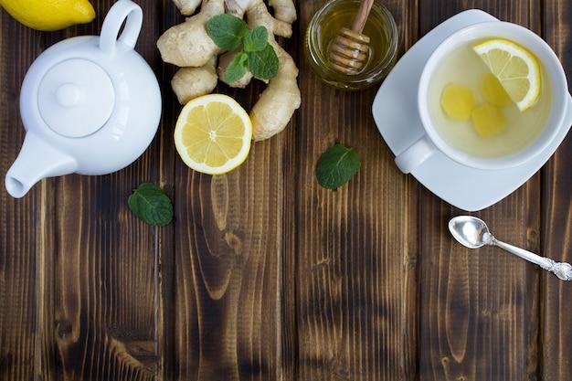 Vista superior do chá de gengibre e ingredientes no marrom