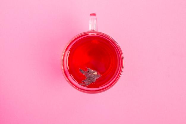 Vista superior do chá de hibisco ou karkade no copo de vidro Foto Premium