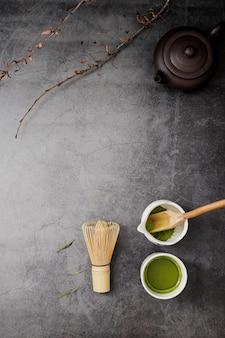 Vista superior do chá matcha com batedor de bambu e espaço para texto