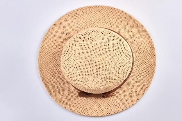Vista superior do chapéu feminino de verão em branco. chapéu de sol de verão para mulheres.
