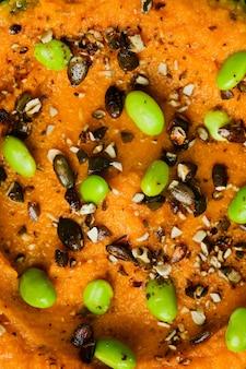 Vista superior do close up amassado de feijão verde. salada de ervilha verde fresca.