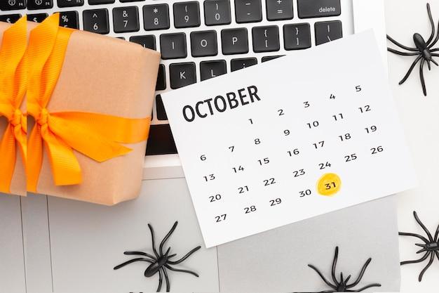 Vista superior do conceito assustador de halloween com calendário