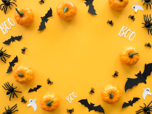 Vista superior do conceito assustador de halloween com morcegos e abóboras