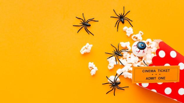 Vista superior do conceito assustador de halloween com pipoca