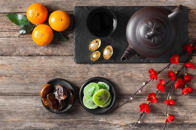 Vista superior do conceito de ano novo chinês na mesa de madeira
