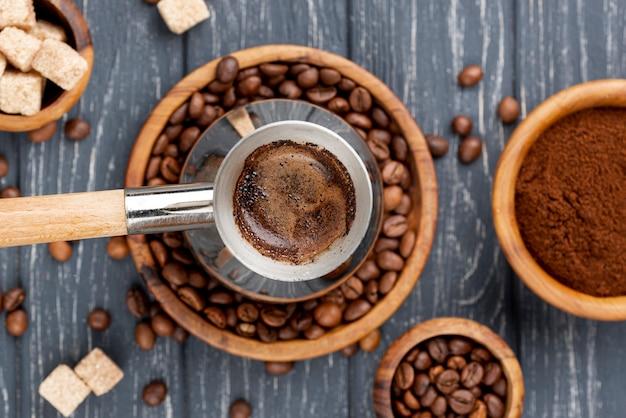 Vista superior do conceito de café com mesa de madeira