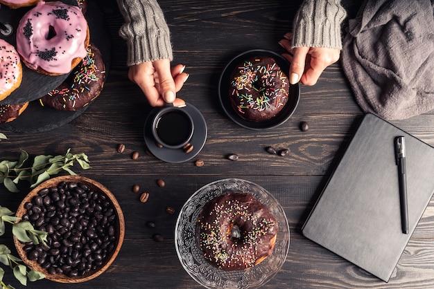 Vista superior do conceito de deliciosos donuts