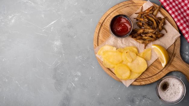 Vista superior do conceito de fish and chips com espaço de cópia