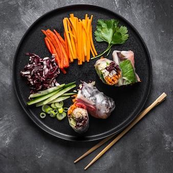 Vista superior do conceito de ingredientes do rolinho primavera Foto Premium