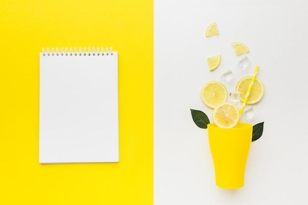 Vista superior do conceito de limão com espaço de cópia