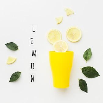 Vista superior do conceito de limão e vidro