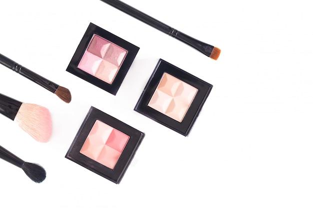 Vista superior do conceito de maquiagem da paleta cosmética na sombra pastel sobre fundo branco, com espaço de cópia