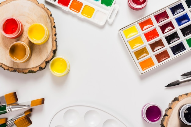 Vista superior do conceito de mesa com espaço para pintura e cópia