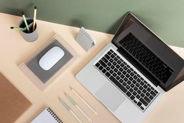 Vista superior do conceito de mesa de negócios minimalista