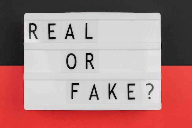 Vista superior do conceito de notícias reais ou falsas
