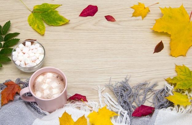 Vista superior do conceito de outono cacau quente ou chocolate quente com marshmallows em velhas tábuas de madeira