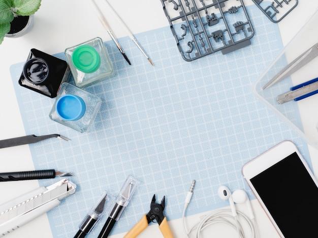 Vista superior do conceito de passatempos com esteira de corte e kits de ferramentas em fundo branco, com espaço de cópia.