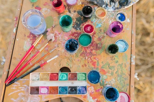 Vista superior do conceito de pintura na natureza