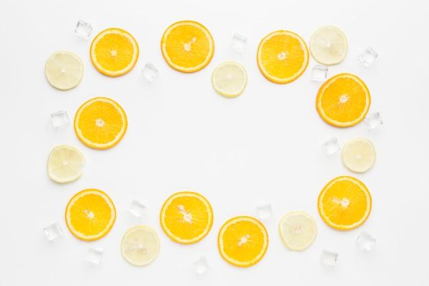 Vista superior do conceito de quadro de fatias de laranja