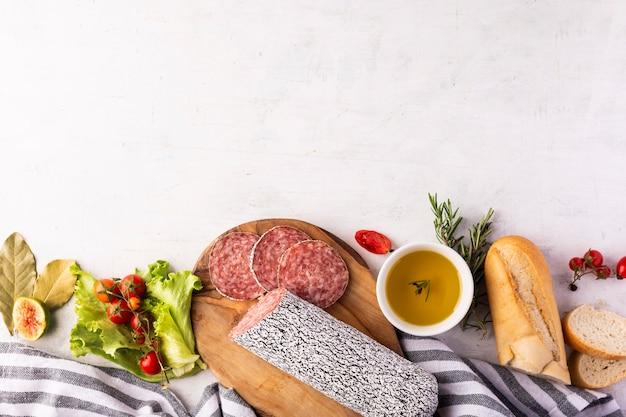 Vista superior do conceito de salame delicioso