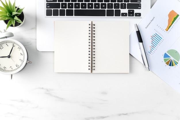 Vista superior do conceito de trabalho de mesa de escritório com caderno em branco