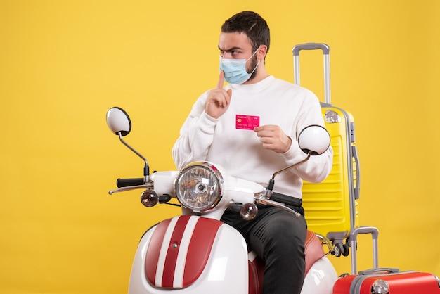 Vista superior do conceito de viagem com cara concentrado em máscara médica sentado na motocicleta