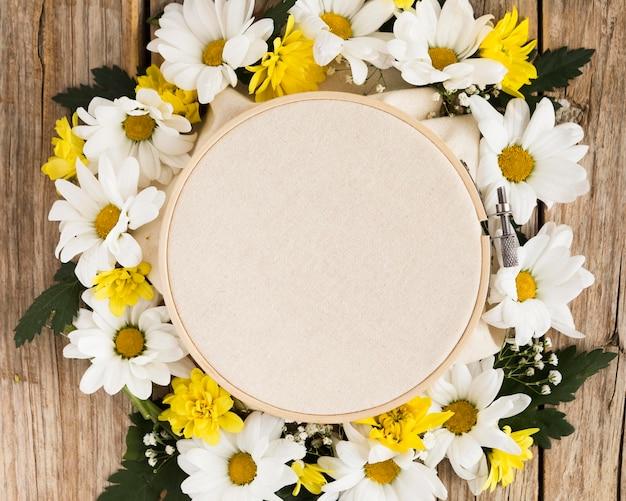 Vista superior do conceito floral na mesa de madeira