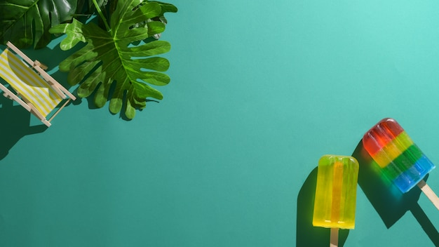 Vista superior do conceito mínimo de verão com picolés e espaço de cópia sobre fundo verde