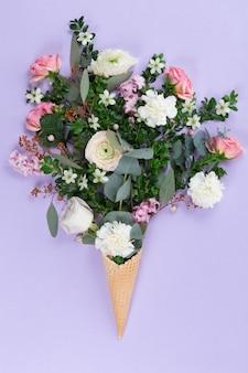 Vista superior do cone de waffle com buquê de flores