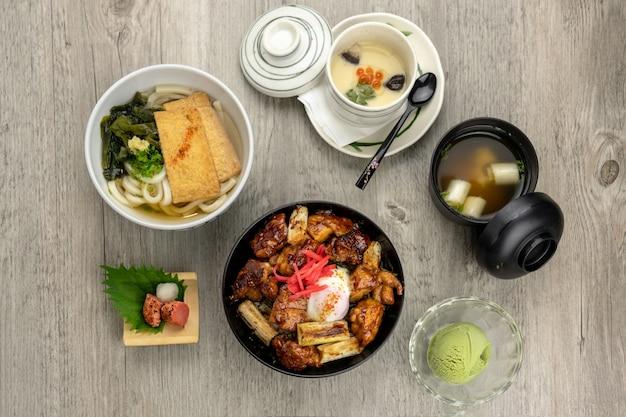 Vista superior do conjunto de alimentos japoneses, frango frito com arroz e ovo no topo, sopa