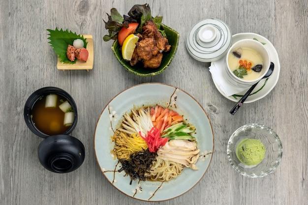 Vista superior do conjunto de alimentos japoneses, ramen com arroz karaage de frango frito servir com strea de ovo