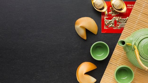 Vista superior do conjunto de bule e xícaras de ano novo chinês 2021