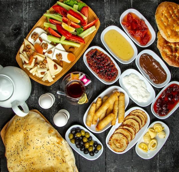 Vista superior do conjunto de café da manhã