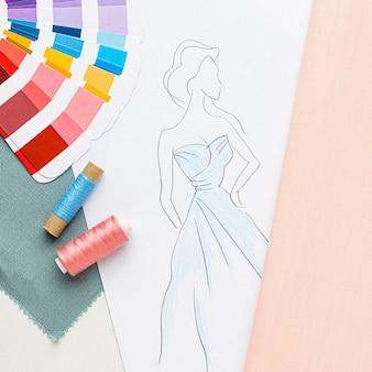Vista superior do conjunto de costura com amostras de tecido e linha