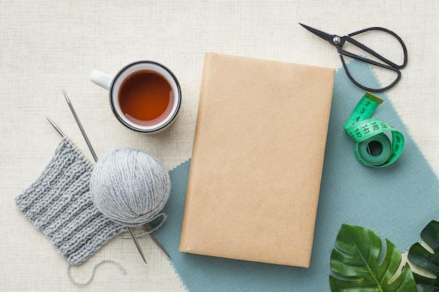 Vista superior do conjunto de crochê com chá e fios