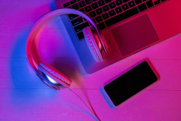 Vista superior do conjunto de dispositivos em luz de néon roxa e rosa